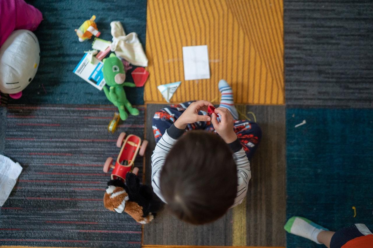 Børn roder på gulvet i hjemmet