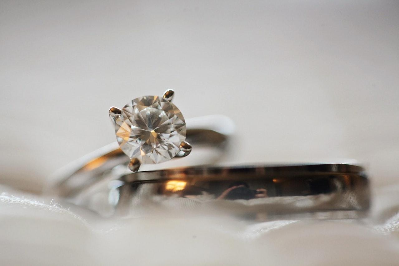 To ringe hvor den ene har en diamant i sig