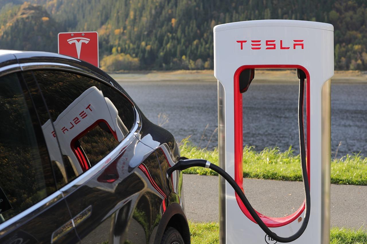 Tesla holder og bliver opladt i ladestander