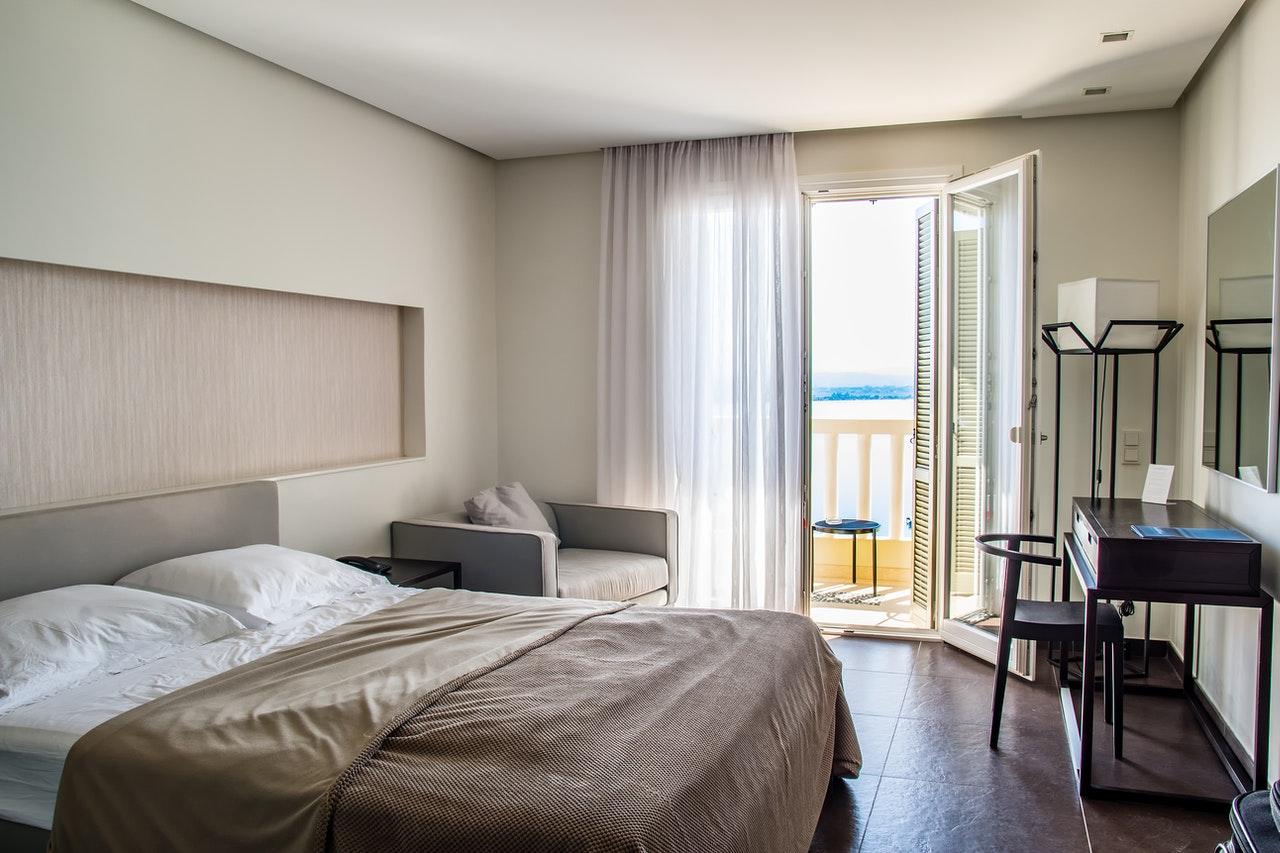 Soveværelse med altan med udsigt